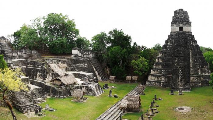 Flores und Tikal im Nebel